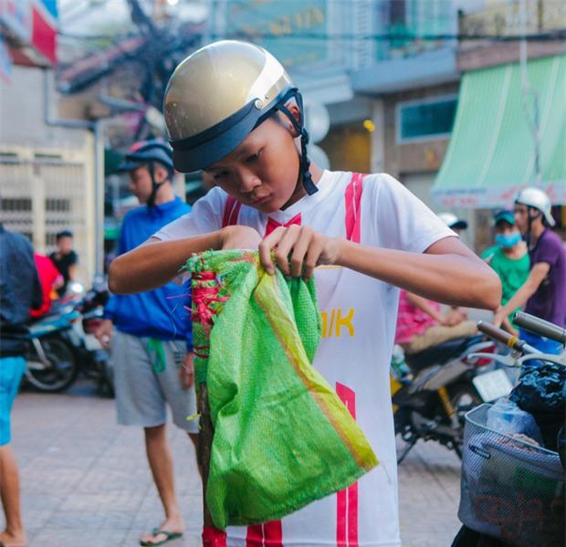 Vợt chế từ mùng, bao gạo và... thùng xốp - Đội quân giật cô hồn ở Sài Gòn ngày càng chuyên nghiệp - Ảnh 5.