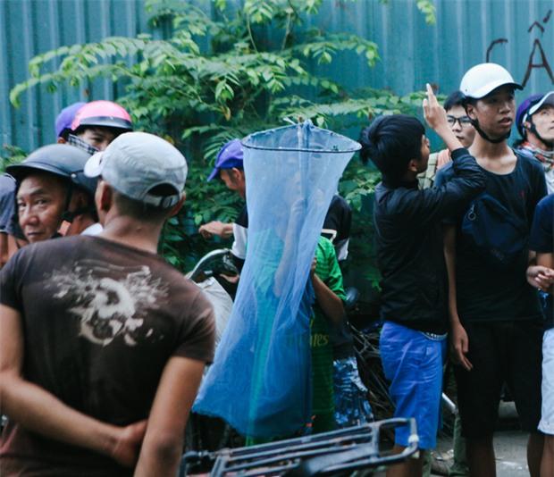 Vợt chế từ mùng, bao gạo và... thùng xốp - Đội quân giật cô hồn ở Sài Gòn ngày càng chuyên nghiệp - Ảnh 7.