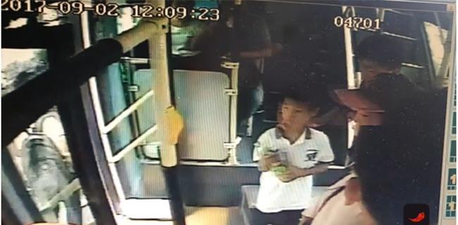 Bố mải xem điện thoại, quên luôn con trên xe buýt - Ảnh 4.