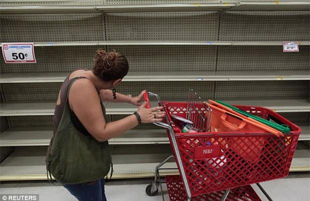 Bão mạnh nhất trên Đại Tây Dương chuẩn bị đổ bộ, người dân Mỹ quét sạch các siêu thị để chuẩn bị ứng phó - Ảnh 10.