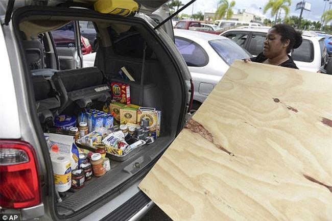 Bão mạnh nhất trên Đại Tây Dương chuẩn bị đổ bộ, người dân Mỹ quét sạch các siêu thị để chuẩn bị ứng phó - Ảnh 15.