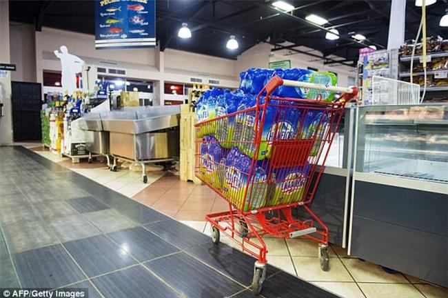 Bão mạnh nhất trên Đại Tây Dương chuẩn bị đổ bộ, người dân Mỹ quét sạch các siêu thị để chuẩn bị ứng phó - Ảnh 19.