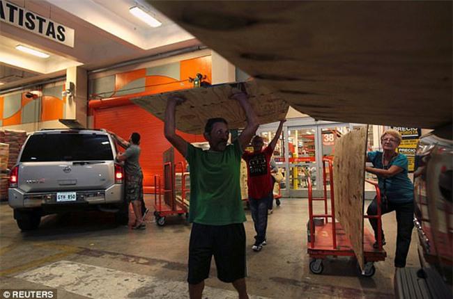 Bão mạnh nhất trên Đại Tây Dương chuẩn bị đổ bộ, người dân Mỹ quét sạch các siêu thị để chuẩn bị ứng phó - Ảnh 22.