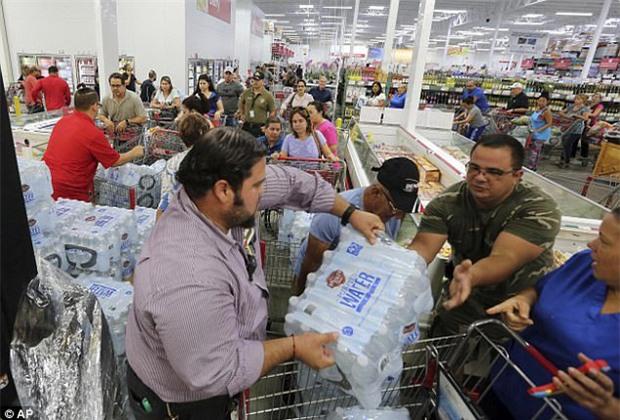 Bão mạnh nhất trên Đại Tây Dương chuẩn bị đổ bộ, người dân Mỹ quét sạch các siêu thị để chuẩn bị ứng phó - Ảnh 7.