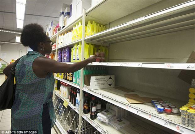 Bão mạnh nhất trên Đại Tây Dương chuẩn bị đổ bộ, người dân Mỹ quét sạch các siêu thị để chuẩn bị ứng phó - Ảnh 8.