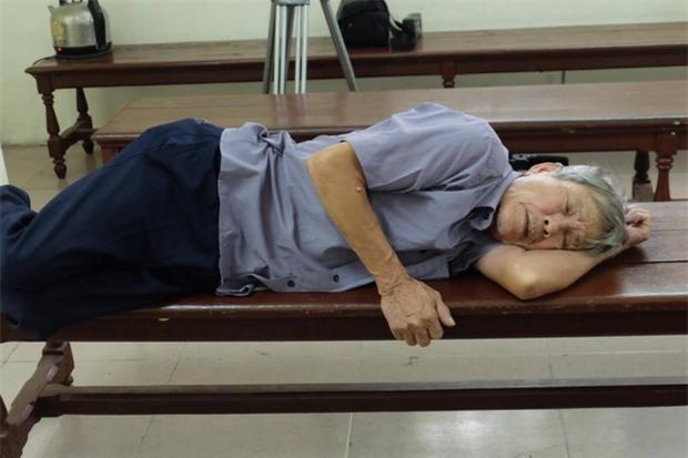 Xử vụ cụ ông 79 tuổi hiếp dâm bé gái ở Hà Nội: Bị can được đưa đến tòa trong tình trạng mệt mỏi - Ảnh 1.