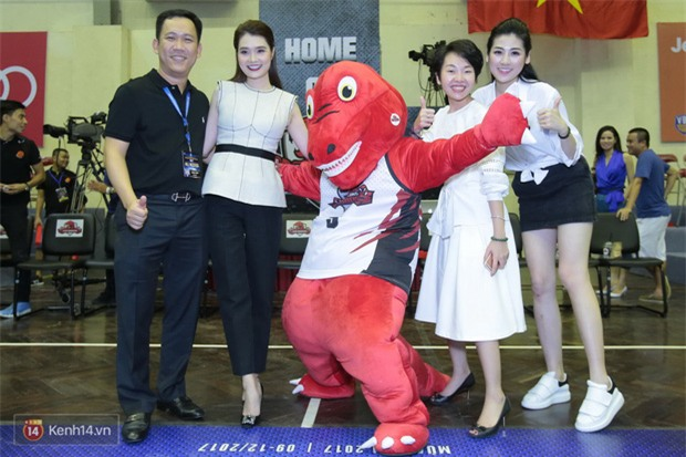 Á hậu Tú Anh, Lệ Hằng làm nóng trận mở màn VBA 2017 - Ảnh 10.