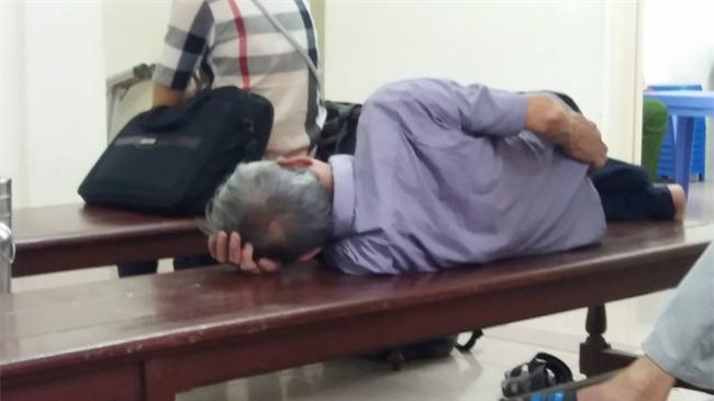 Cụ ông 79 tuổi hiếp dâm bé gái 3 tuổi ở Hà Nội nhận mức án 8 năm tù, bồi thường 33 triệu đồng - Ảnh 1.