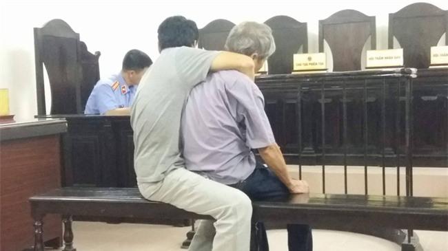 Cụ ông 79 tuổi hiếp dâm bé gái 3 tuổi ở Hà Nội nhận mức án 8 năm tù, bồi thường 33 triệu đồng - Ảnh 4.