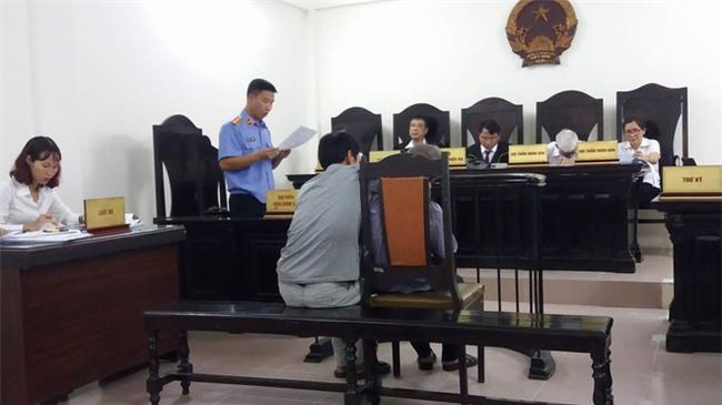 Cụ ông 79 tuổi hiếp dâm bé gái 3 tuổi ở Hà Nội nhận mức án 8 năm tù, bồi thường 33 triệu đồng - Ảnh 6.