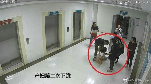 Video: Trước thời điểm nhảy lầu tự tử, sản phụ từng hai lần quỳ xuống để cầu xin gia đình cho sinh mổ - Ảnh 2.