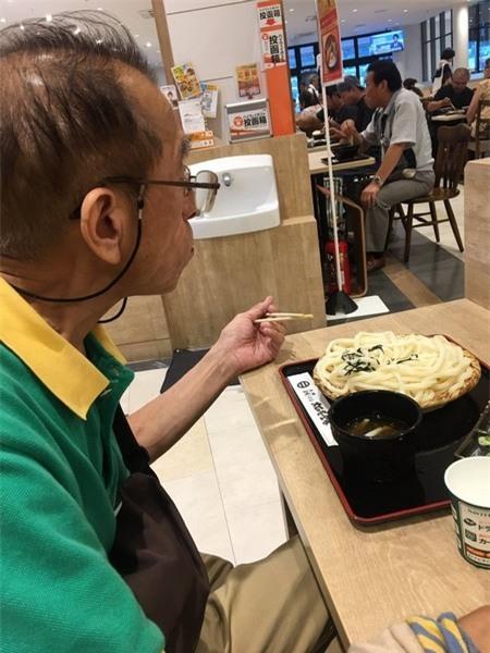 Người đàn ông lớn tuổi với chiếc áo thun đã cũ