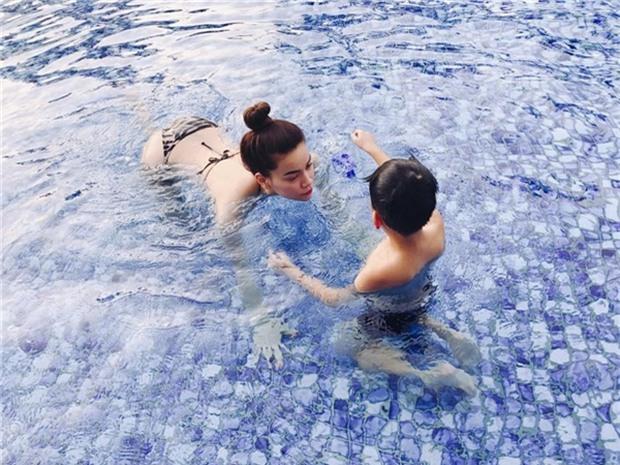 Lộ ảnh Kim Lý ân cần xách va ly cho Hồ Ngọc Hà và Subeo sau chuyến nghỉ dưỡng nhân dịp lễ 2/9 - Ảnh 1.