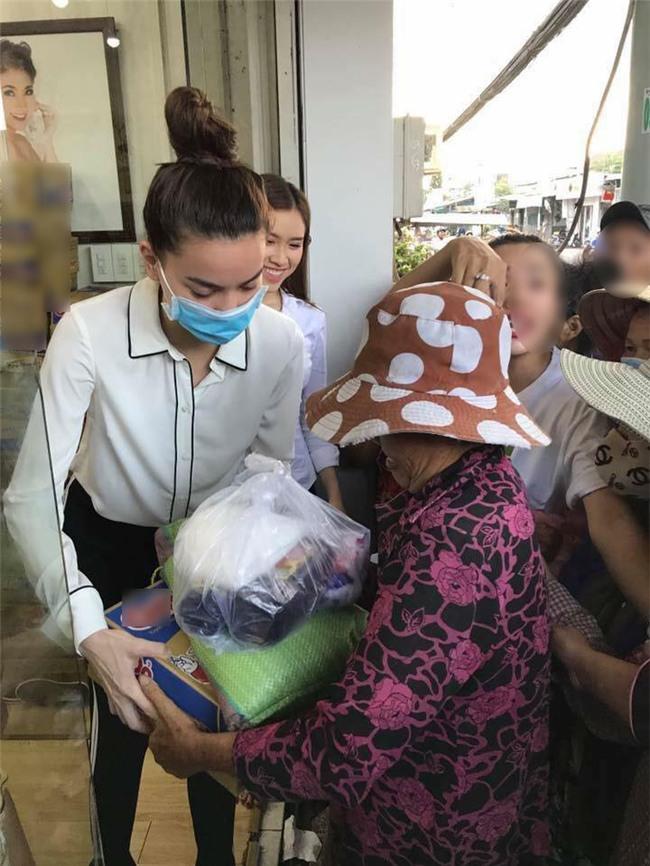Chỉ là làm từ thiện thôi, sao Việt cũng bị ném đá không thương tiếc-1