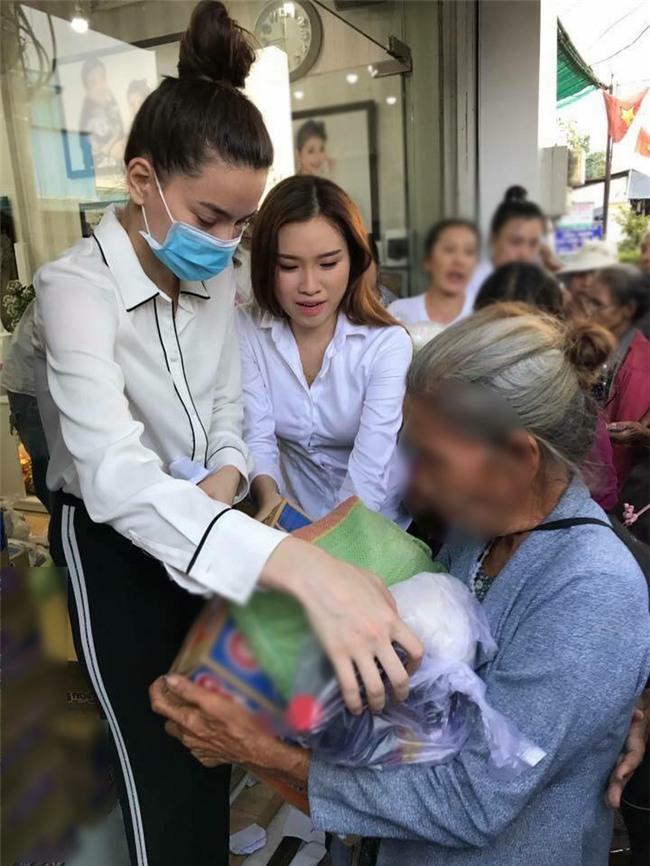 Chỉ là làm từ thiện thôi, sao Việt cũng bị ném đá không thương tiếc-2