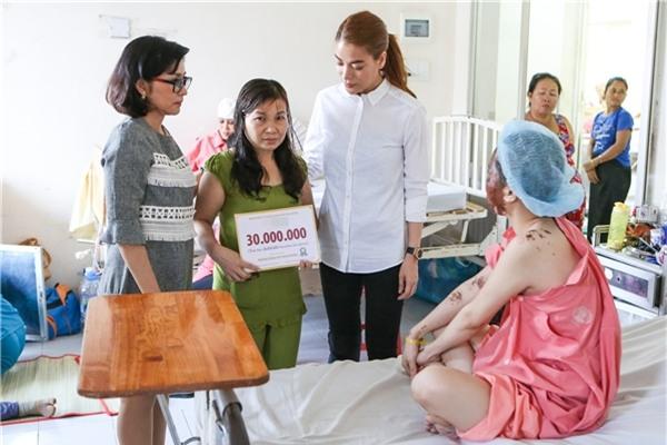 Chỉ là làm từ thiện thôi, sao Việt cũng bị ném đá không thương tiếc-4
