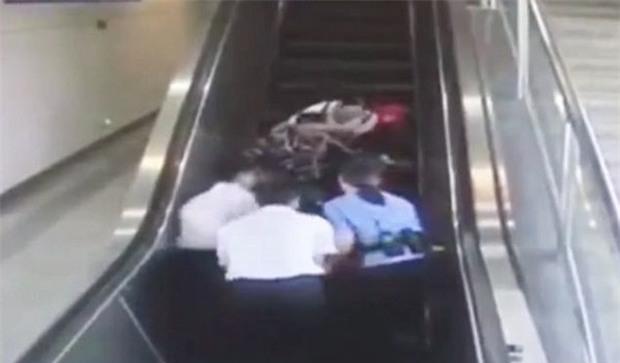 Mất thăng bằng, ba hành khách tại Trung Quốc đi thang cuốn bằng... lưng - Ảnh 3.
