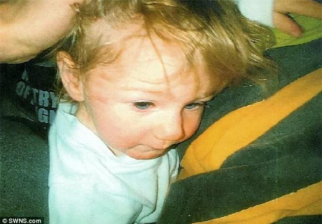 Bé 21 tháng bị mẹ đẻ nhẫn tâm đạp gãy xương sườn, tự cắn phải lưỡi chết tức tưởi - Ảnh 1.