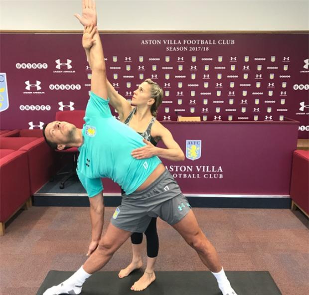 Terry chăm chỉ tập yoga với cô giáo xinh đẹp - Ảnh 1.