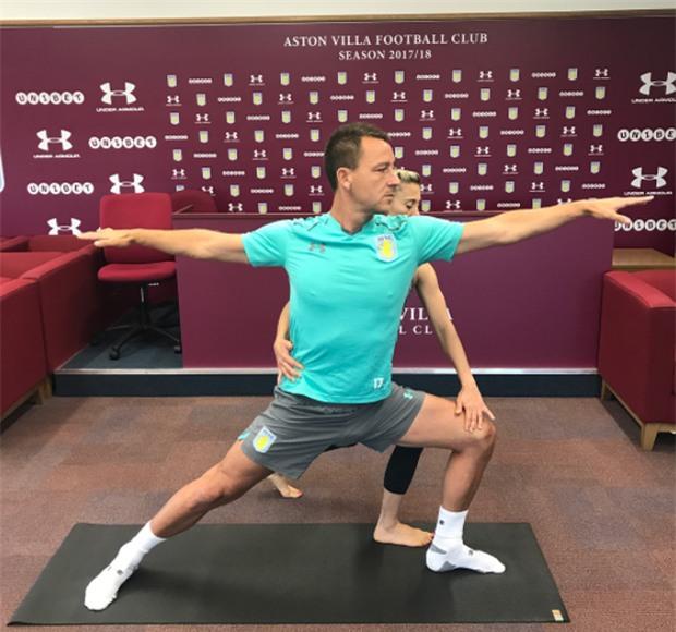 Terry chăm chỉ tập yoga với cô giáo xinh đẹp - Ảnh 2.