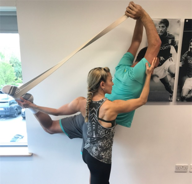 Terry chăm chỉ tập yoga với cô giáo xinh đẹp - Ảnh 3.