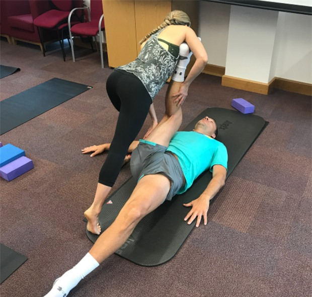 Terry chăm chỉ tập yoga với cô giáo xinh đẹp - Ảnh 4.