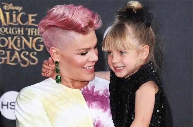 Hàng triệu người nể phục cách phản ứng của nữ ca sĩ Pink khi con gái nghĩ mình xấu - Ảnh 2.