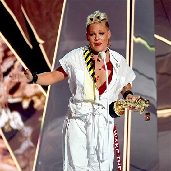 Hàng triệu người nể phục cách phản ứng của nữ ca sĩ Pink khi con gái nghĩ mình xấu - Ảnh 3.