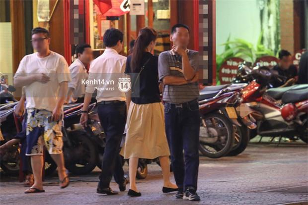 Hoa hậu Thu Thảo xuất hiện tay trong tay tình tứ cùng chồng sắp cưới trên phố sau khi báo hỷ - Ảnh 8.