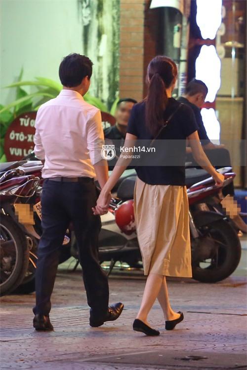 Hoa hậu Thu Thảo xuất hiện tay trong tay tình tứ cùng chồng sắp cưới trên phố sau khi báo hỷ - Ảnh 9.