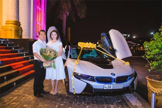 Ghen tị với cuộc sống xa hoa của cô vợ Đà Nẵng được tặng nhẫn kim cương, đi siêu xe 7 tỉ - Ảnh 1.