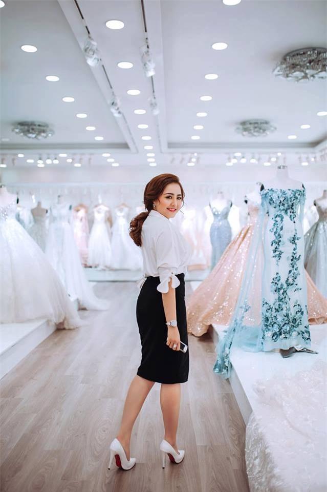 Ghen tị với cuộc sống xa hoa của cô vợ Đà Nẵng được tặng nhẫn kim cương, đi siêu xe 7 tỉ - Ảnh 3.