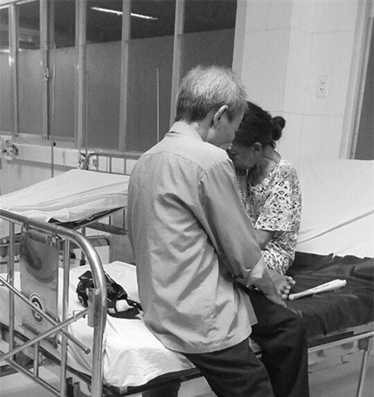 Bức ảnh đôi vợ chồng già trong viện và cuộc nói chuyện khiến con gái rơi nước mắt - Ảnh 1.