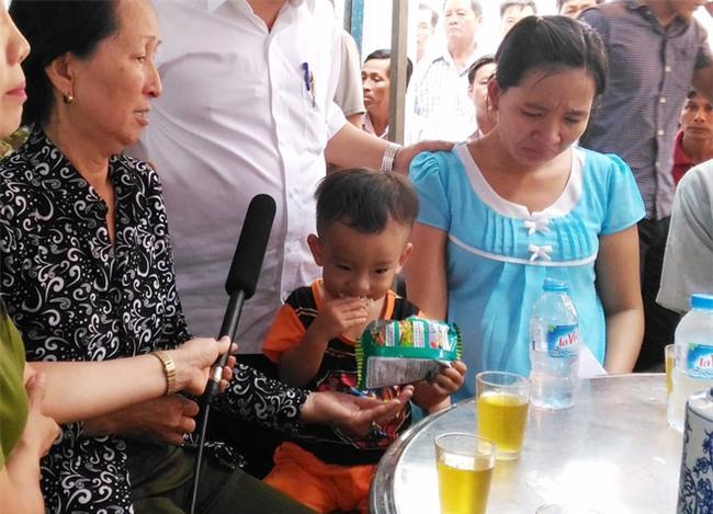 """Mẹ chiến sĩ chữa cháy hi sinh khi đang dập lửa ở Sài Gòn: """"Nó còn chưa kịp đặt tên cho con"""" - Ảnh 5."""