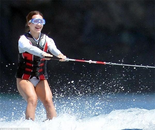 Con gái Eve của Steve Jobs thích thú lướt ván