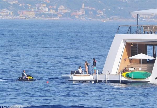 Vợ và các con gái của Steve Jobs thưởng thức kỳ nghỉ hè cùng những người bạn trên chiếc du thuyền sang trọng