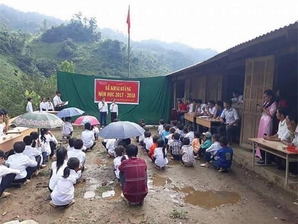 """Hình ảnh lễ khai giảng đơn sơ của thầy và trò Trường Tiểu học Thái Sơn (Bảo Lâm, Cao Bằng) gây """"bão"""" mạng. (Ảnh: Internet)"""