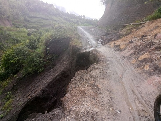Con đường vào trường bị sạt lở đất do mưa lớn nghiêm trọng.