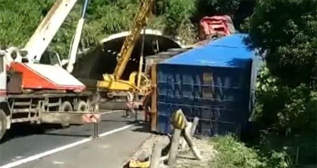Ngủ gật trên tay lái, vị tài xế khiến xe tải hạng nặng lao thẳng lên nóc hầm đường bộ - Ảnh 3.