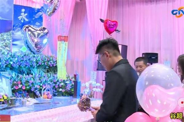 Cô dâu mang thai 5 tháng đột ngột qua đời, chú rể biến đám tang thành đám cưới - Ảnh 1.