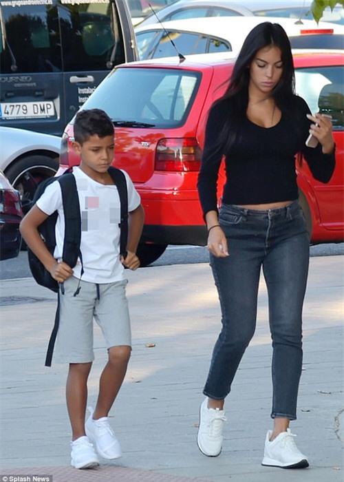 Georgina đưa con trai Ronaldo đi chơi giữa tin đồn mâu thuẫn mẹ chồng tương lai - Ảnh 1.