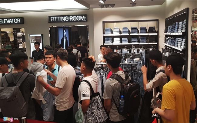 Chat nhu nem trong cua hang H&M ngay dau mo ban o Sai Gon hinh anh 11
