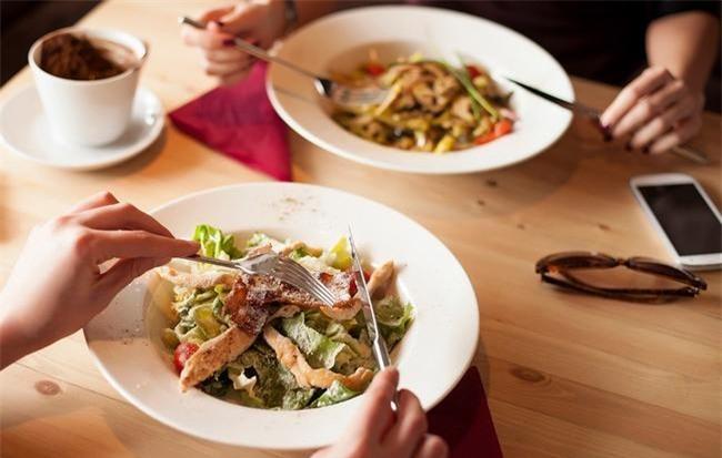 Ngăn chặn đầy bụng, khó tiêu chỉ với 5 thay đổi nhỏ này trong bữa ăn - Ảnh 2.