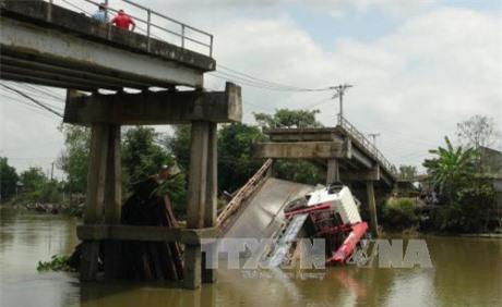 Tuyên Quang: Sập cầu vòm đang thi công, 3 người bị vùi lấp, nhiều khả năng đã tử vong - Ảnh 1.