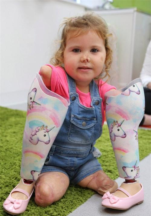 Nhìn móng chân của bé 3 tuổi được sơn sặc sỡ, chỉ có người vô tâm mới chỉ trích - Ảnh 4.