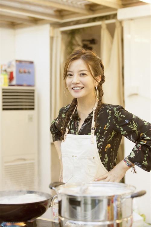 Chẳng cần ăn vận chặt chém, Triệu Vy vẫn gây choáng với BST đồ hiệu hàng khủng trong show thực tế mới - Ảnh 2.
