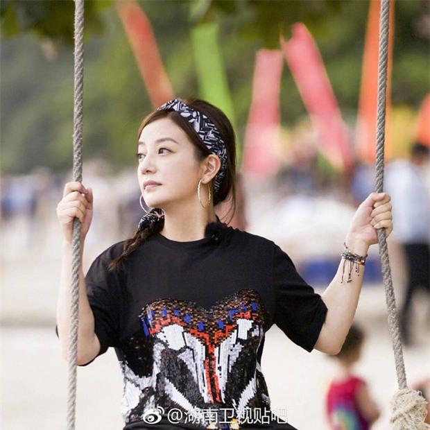 Chẳng cần ăn vận chặt chém, Triệu Vy vẫn gây choáng với BST đồ hiệu hàng khủng trong show thực tế mới - Ảnh 4.
