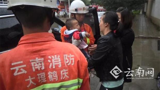 Bé trai 2 tuổi khóc hết nước mắt trong xe ô tô vì sự hồn nhiên chết người của cha mẹ - Ảnh 3.