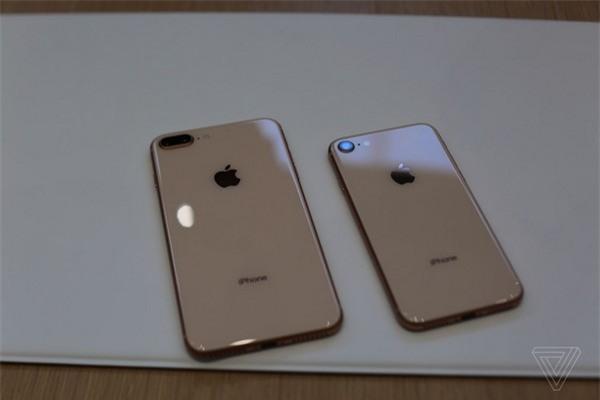 Mặt sau của bộ đôi iPhone 8 mới sử dụng kính cường lực, thay vì vỏ kim loại như các phiên bản iPhone gần đây