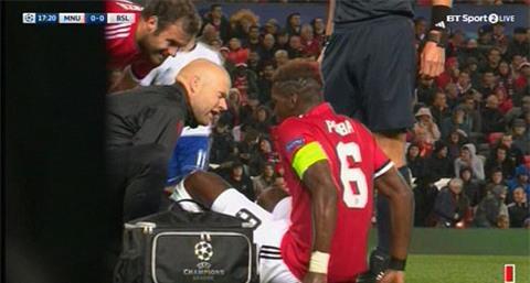 Đội trưởng Pogba chấn thương rời sân
